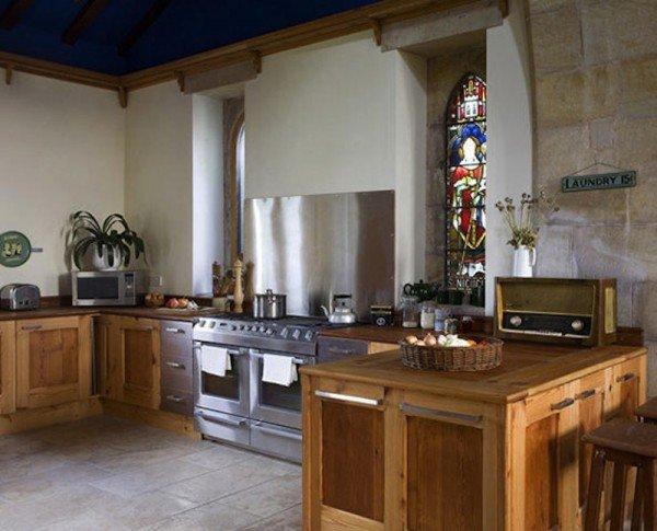即使是廚房也達到了現代和古典的完美平衡。