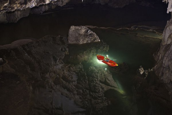 泰國北邊的南朗河貫穿譚羅德洞穴。山洞裡充滿了美麗的鐘乳石和石筍, ...