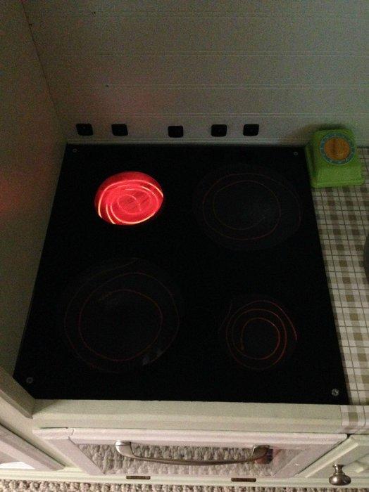 他利用電發光線做成爐灶的火光, 使用電源開關讓爐灶亮起, 但不會發熱...