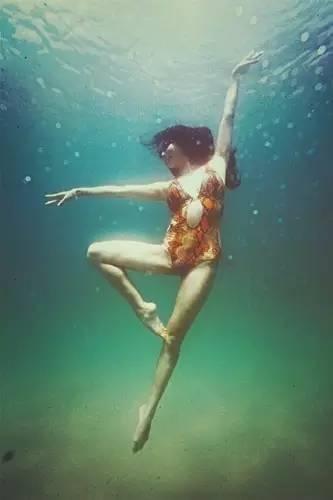 何灝浩9歲開始學習花樣游泳的何灝浩從小就看星爺電影長大的,湊巧2014年...