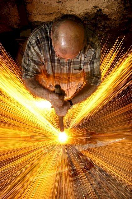 1. 使用長時間曝光捕捉到這個男人正在趁熱打鐵。
