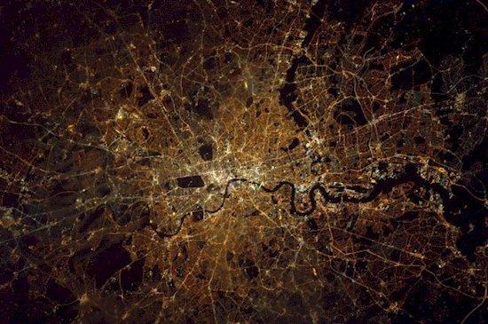 7.  從國際太空站所看到的午夜時分的倫敦。