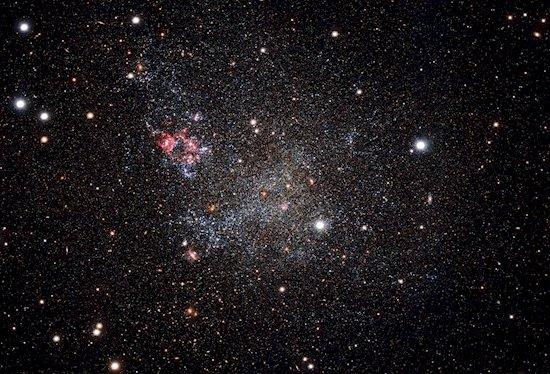 3. 天文學家觀察到這個星系, 其細小的宇宙塵埃經常遮蓋了太空偌大的景...