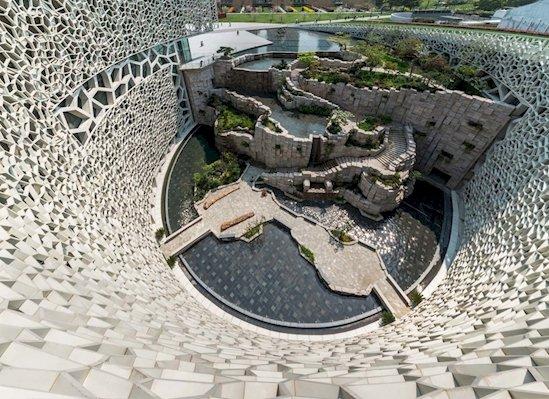 6. 上海的自然歷史博物館具有一座巨大的玻璃牆結構, 看起來像植物和動...