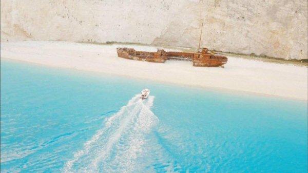 柳時鎮駕駛著小艇載姜暮煙到一座神秘海灣,這個景點甚至被稱為世界最美...