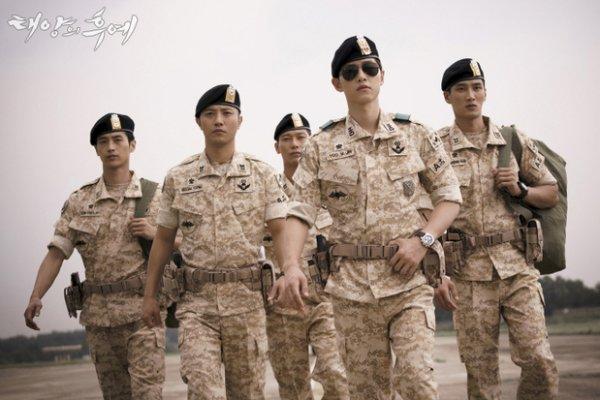 2) 軍服太過修身。