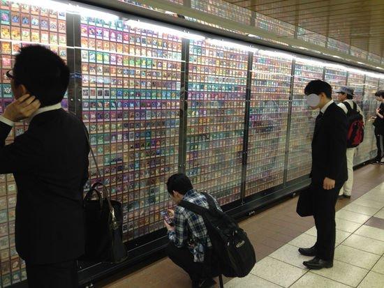 也有網友開玩笑說真想到日本去「挖牆腳」,把還沒入手的卡票挖下來,不...