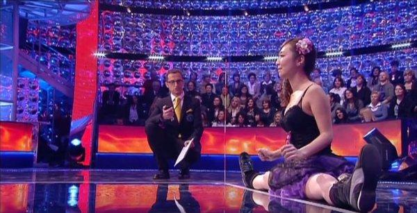 金氏世界紀錄的節目裡,一美女以一字馬的姿勢在起點,接著主持人一聲「...