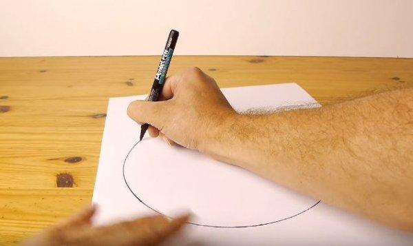 只需要一張紙跟一直筆,徒手就能完美呈現圓形!方法就是這樣,將筆用大...