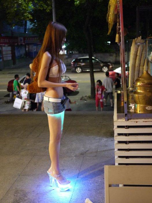 在這之前,她也曾經用3D列印製作了一個會發光的裙子和鞋子。這裙子特點...