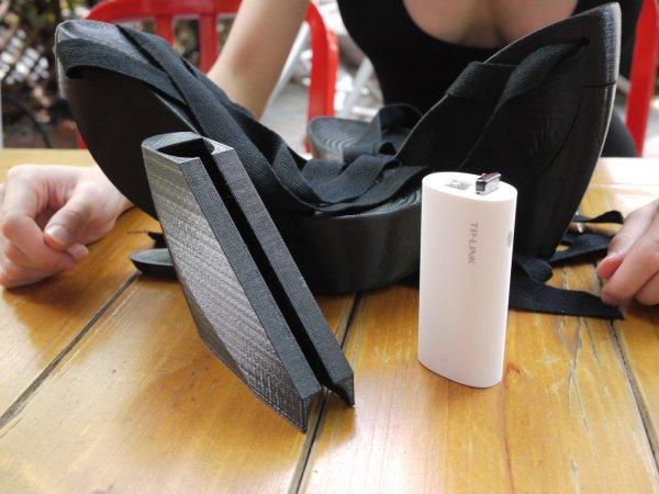 右腳鞋裡藏了一個無線路由器丶一個可充電的電池。