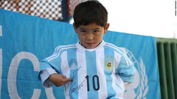 自從收到了禮物後, 阿里夫說穆爾塔扎就一直穿著那件新球衣, 然後玩著...