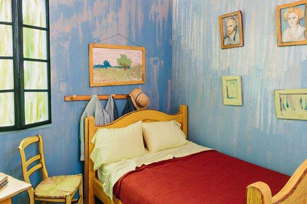 肉眼看去也難以區分臥室是在畫中還是在現實里。