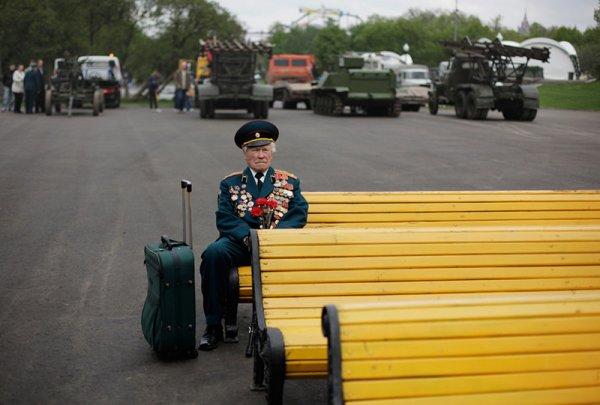 在2011年也有類似的照片, 一個二戰老兵獨自坐在莫斯科高爾基公園的長凳...