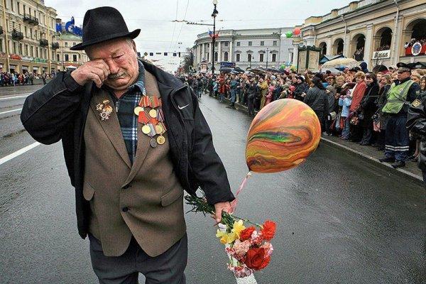 來自二戰戰場組的一位老兵, 獨自在勝利日(陣亡將士紀念日)遊行的照...