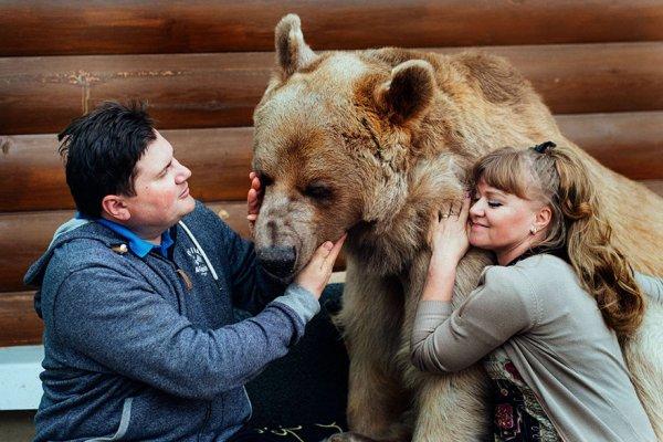 牠絕對喜歡人類, 是一隻非常善於交際的熊。