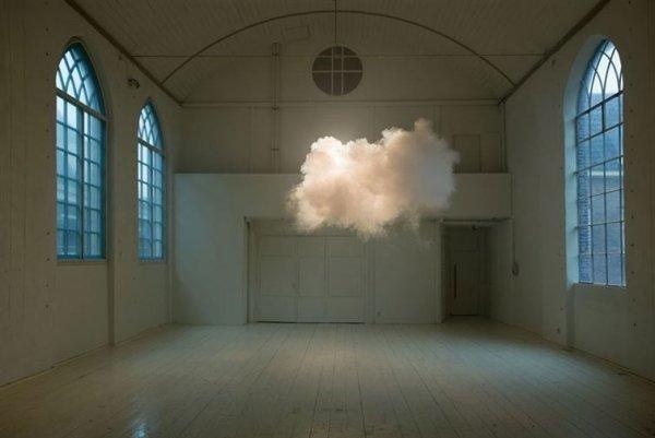 10. 照片完美地捕捉到了房內所形成的一片雲。