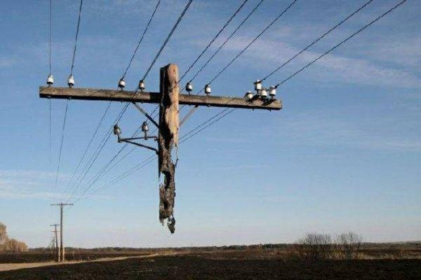17. 這不是假照片。 電話線被拉起來的張力度都非常高, 你可能會問這些電...