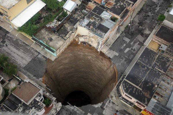 4. 如果你以為這是有人在圖片中間修改出一個又深又大黑洞, 那你就搞錯...