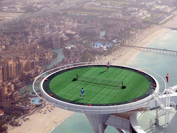 14. 網球場建在了杜拜的塔頂。