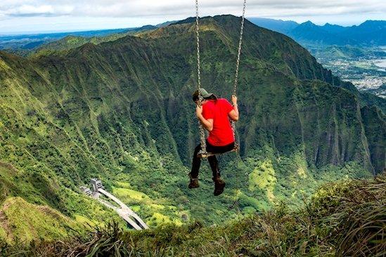 11. 女子在夏威夷歐胡島非法攀登俳句樓梯後, 在山頂上盪鞦韆