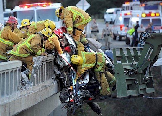 1. 消防員從墜下大橋的車子裡救出受困女子
