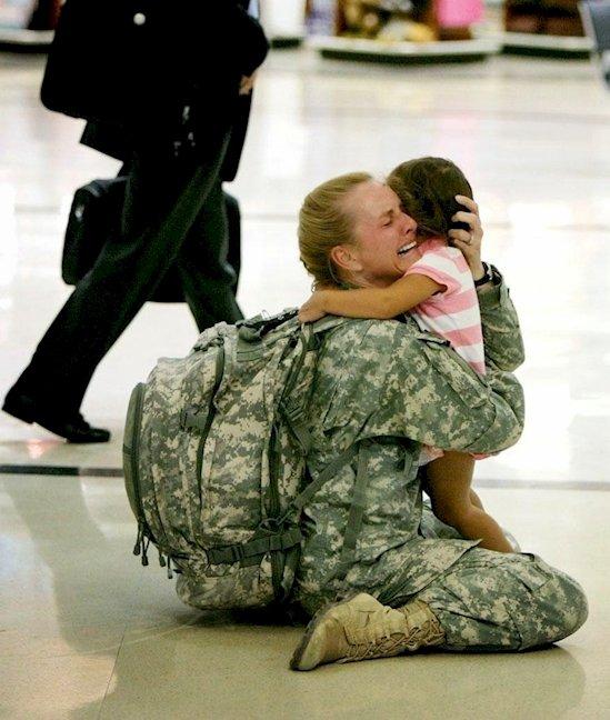 10. 士兵在伊拉克境內服役了七個月後, 終於跟自己的女兒團聚