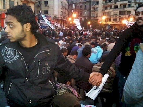 5. 在埃及的一場抗議活動中, 基督徒圍起來保護祈禱中的穆斯林人