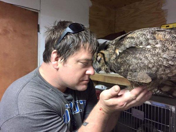 牠完全認得他, 從鳥兒表情上看來, 就知道鳥兒很信任他。
