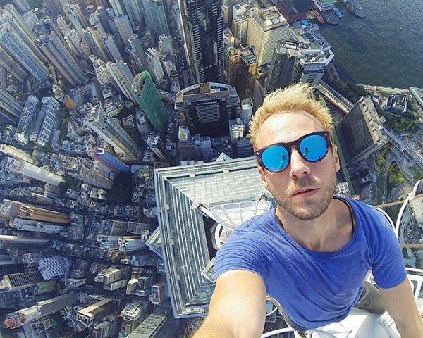 1. 在摩天大樓的頂部