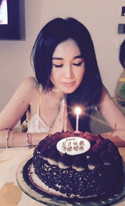 在微博曬出一組慶祝50歲生日的照片,並寫道:「My lovely family, love u always....