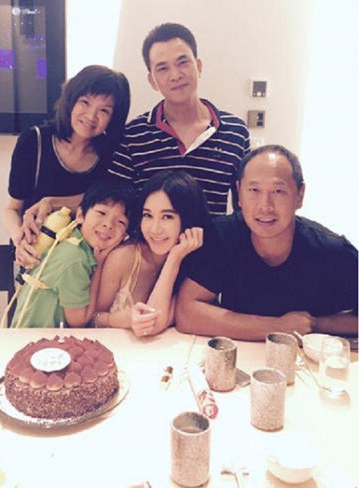 2000年,溫碧霞與香港富商何祖光在泰國布吉菩提樹酒店舉行婚禮。何祖光...