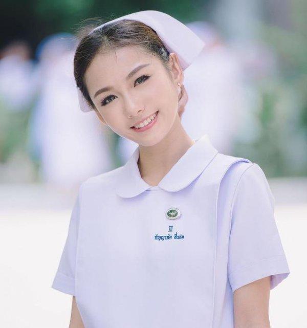 她的名字叫Namkhing Kanyapak(Namk),是一名如假包換的護士哦。