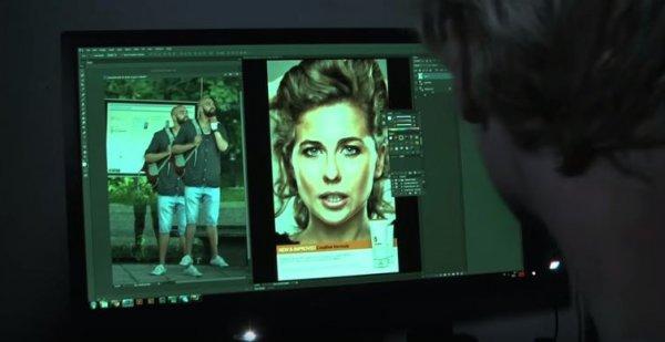Adobe Photoshop公司在一個巴士站,把一邊原本放資訊的板換成了LED顯示熒幕,...