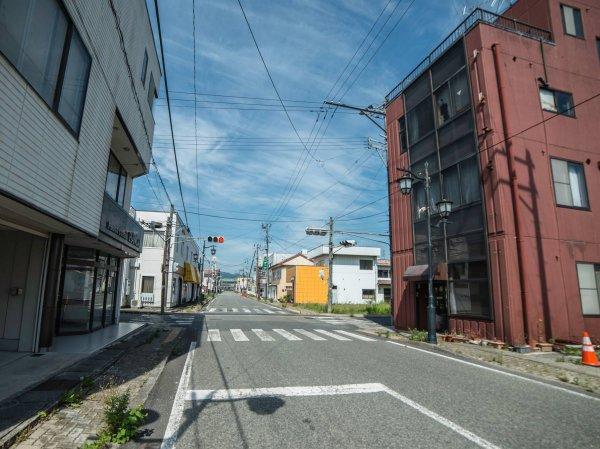 儘管整個小鎮的路上一輛車也沒有,交通燈依舊運作。