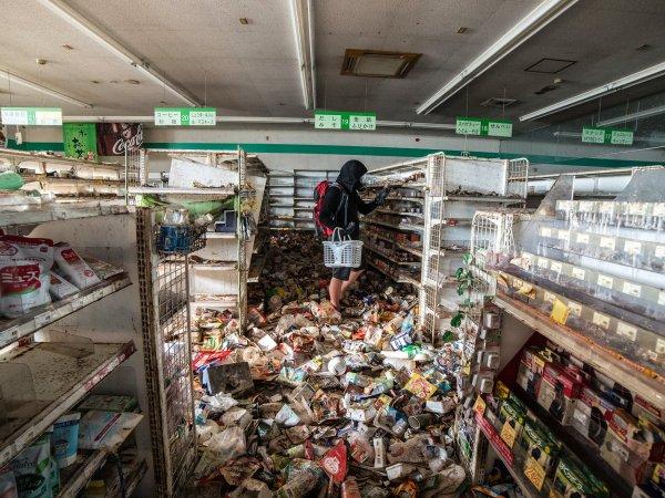 一間福島廢棄的超市,可能地震的緣故,東西都掉落在地上了。
