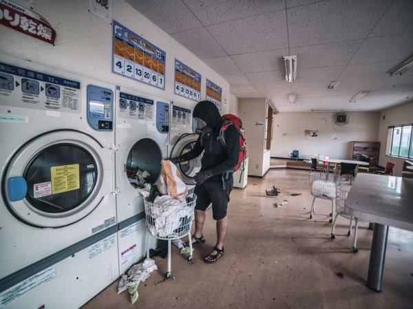 2011年的洗衣店裡,留下了許多還沒拿的衣服,以及到處可見的100yen。
