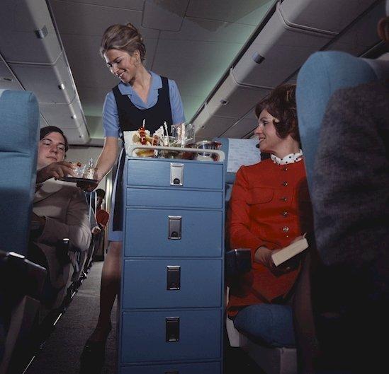 15. 看來乘客也像如今的我們一樣習慣了