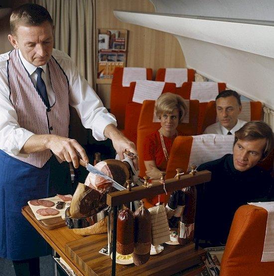 1.  這張1969年的照片會讓你疑惑, 怎麼如今大多數的航空公司都沒有餐車。