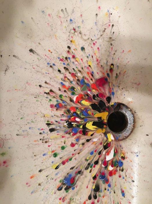 4. 壓克力顏料潑進了水槽