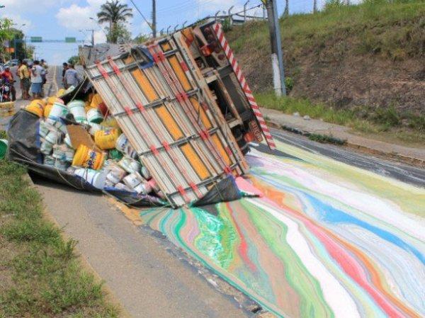 11. 載著14噸油漆的卡車在路上畫出了鮮艷的顏色