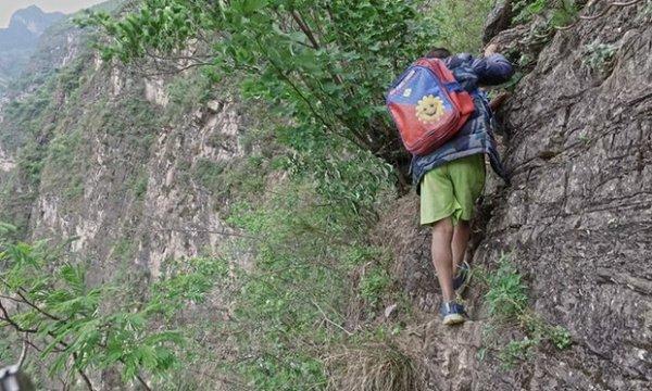 現在, 當孩子們得徒步去學校就會被認為很艱辛。 但是這些孩子們被迫爬...