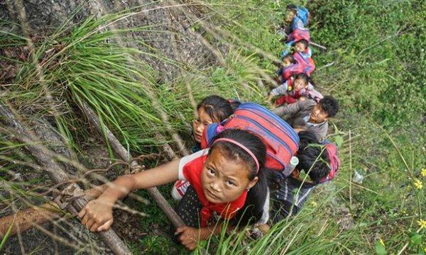 陳杰在採訪這座貧困的村莊時, 攀爬了三次的藤梯。