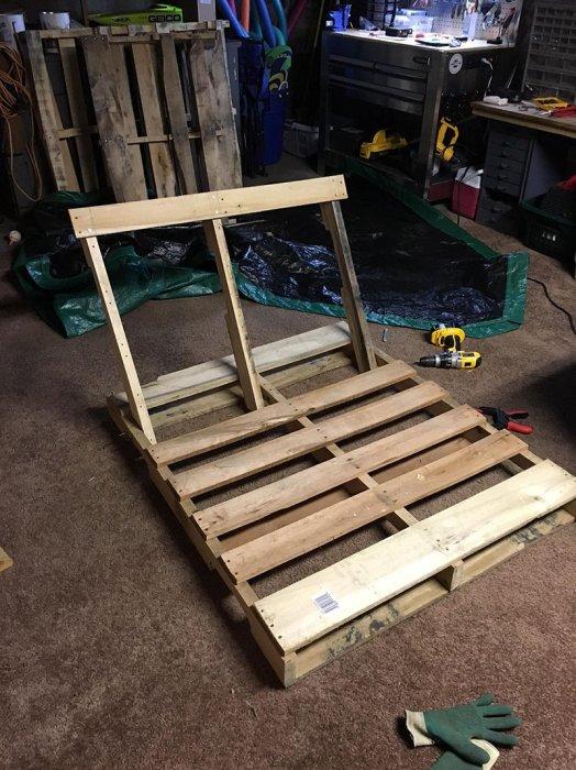 一旦組裝好和上了螺絲, 他將拆除的背部支板以大約2.5英寸的相隔, 一片...