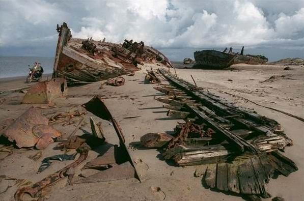 沙土覆蓋著小鎮,他們再也無法靠漁業維生,而現在只剩300名人口。