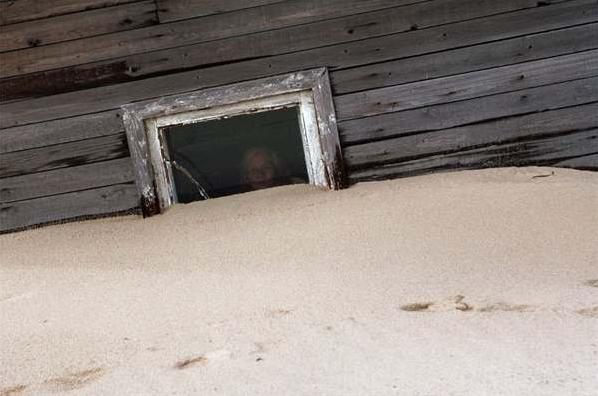但因為這邊都被沙土覆蓋,並沒有可以行駛的道路,所以如果你想要來拜訪...