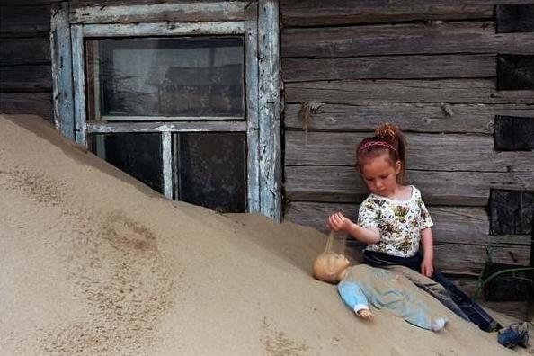 緊接著砂土的來臨,是小鎮的衰落,他們的政治以及組織系統也相同的有所...