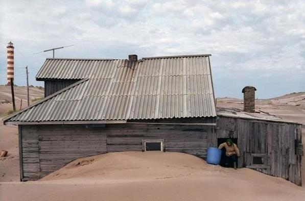 村莊被沙丘埋葬的原因,至今沒有確切的解釋,沒人知道沙丘為什麼會在海...