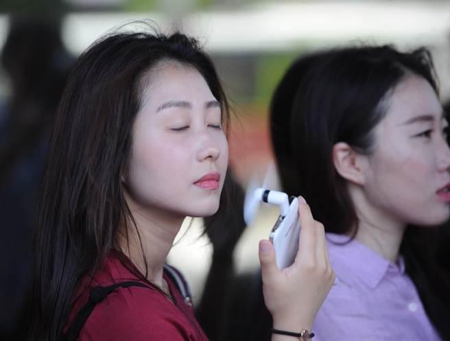 天氣不知為什麼這麼熱,而且還偏不巧的,冷氣空調還壞了,只能靠電風扇...