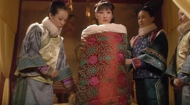 清朝的皇帝侍寢制度是非常的嚴格的,具體情況如下:1、晚上用膳後,由...